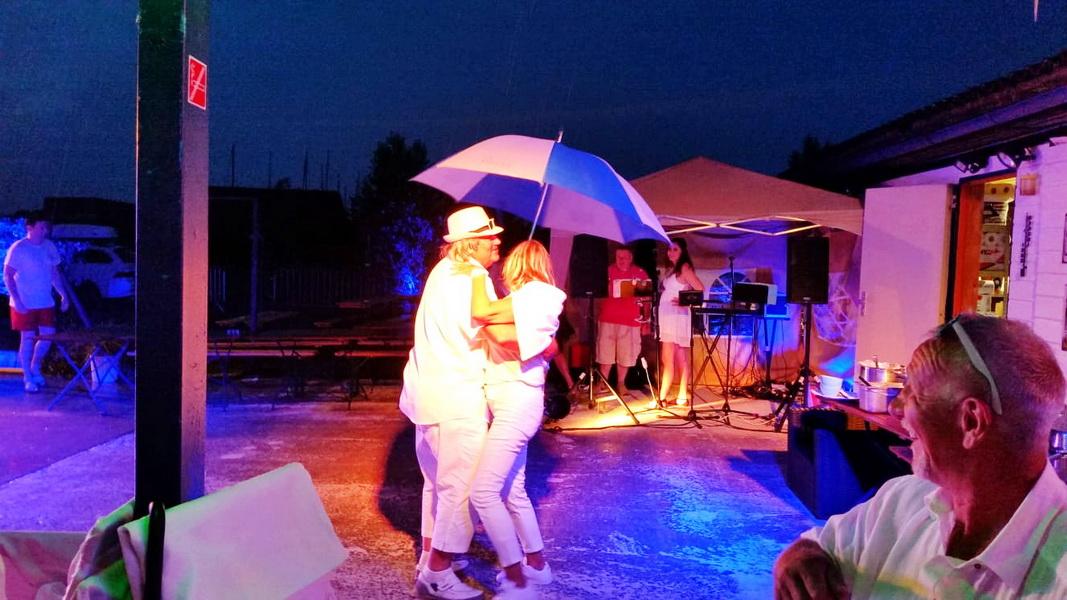 30Thorsten Tanz mit Schirm2